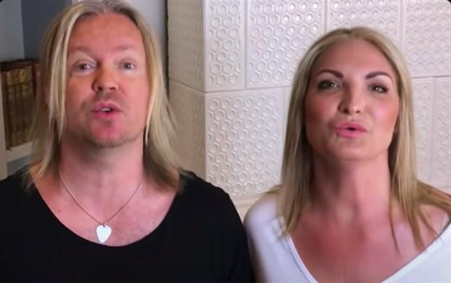 """Johan Becker och hans fru Carola Becker sjunger tillsammans i """"Vi håller ut""""."""