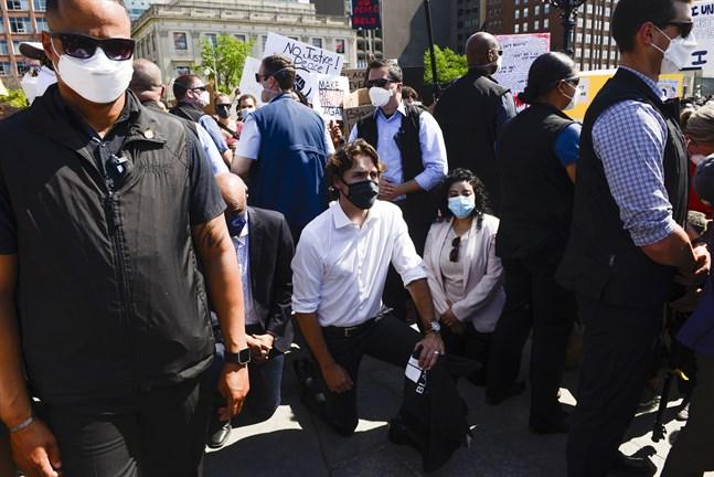 Kanadas premiärminister Justin Trudeau ställde sig på ett knä för att visa sitt stöd till de demonstranter som protesterar mot rasism och polisbrutalitet.