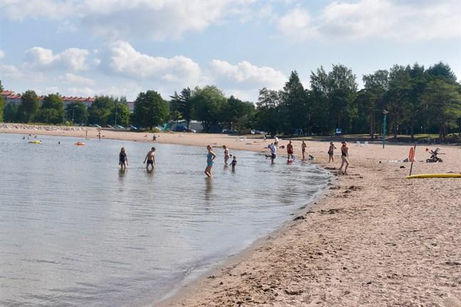 Finlands simundervisnings- och livräddningsförbund påminner om att barn ska hållas under ständig uppsikt och helst inom armlängds avstånd i närheten av vatten. När någon drunknar sker det vanligtvis tyst och snabb.