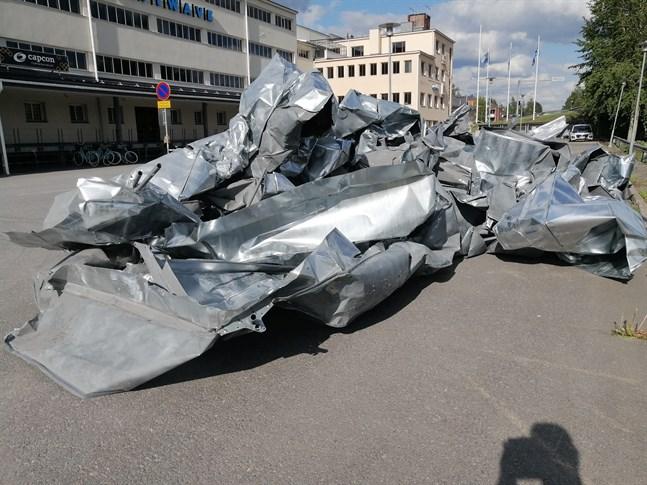 Ett söndrig plåttak vid iPark i Karleby visar vad den hårda vinden kan göra.