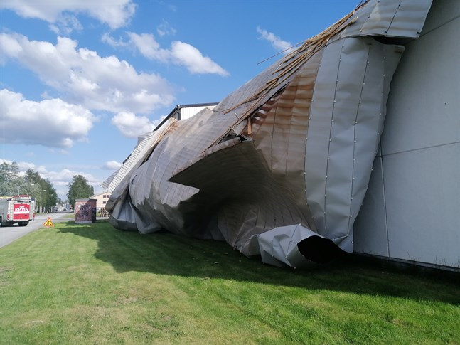 Tyllis verkstads tak sitter inte längre som det ska. Den hårda vinden fortsätter att riva husens tak i Karleby och på flera andra håll i regionen.