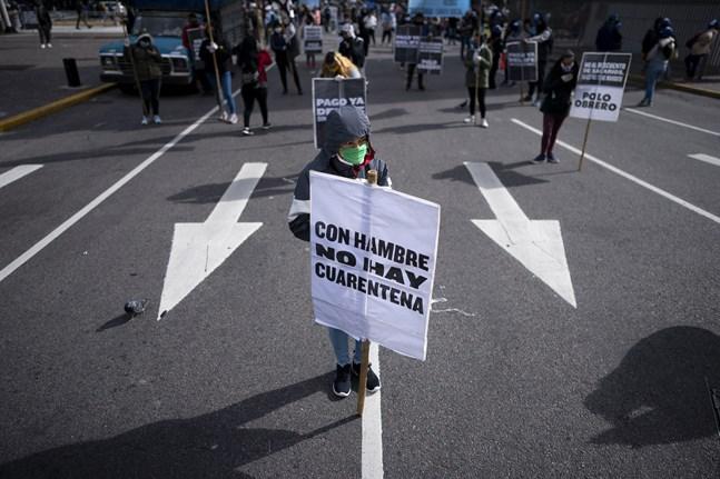 Världsbanken varnar för att många drabbas av extrem fattigdom på grund av coronakrisen. Bild från en demonstration i Buenos Aires den 6 maj.