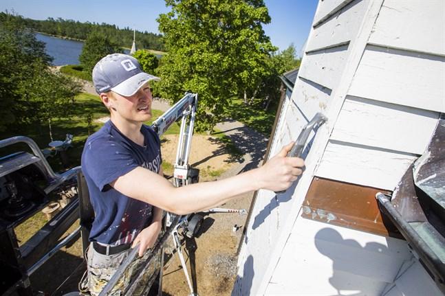 Alexander Nyström kommer tillbringa sommaren med att måla hus. När inget annat nappade startade han eget företag. Och nu har han mer jobb än han hinner med.
