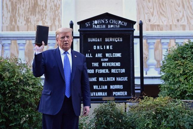Mitt under protesterna mot rasism ställde Donald Trump sig framför en kyrka med bibeln i hand.