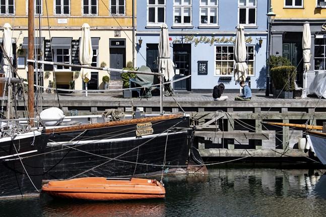 Stängda restauranger och barer i ett öde Nyhavn i Köpenhamn. Nu lättar danska myndigheter ytterligare på coronarestiriktioner. Arkivbild.