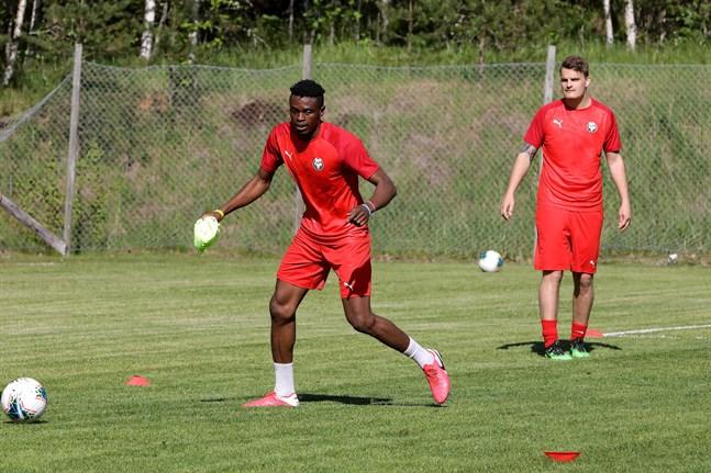 Stanley Amuzie under sitt första träningspass med Jaro.