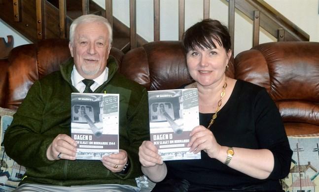 Författaren Ulf Smedberg och Anna-Lena Palomäki vd på Boklund med boken om Dagen D och slaget om Normandie 1944.