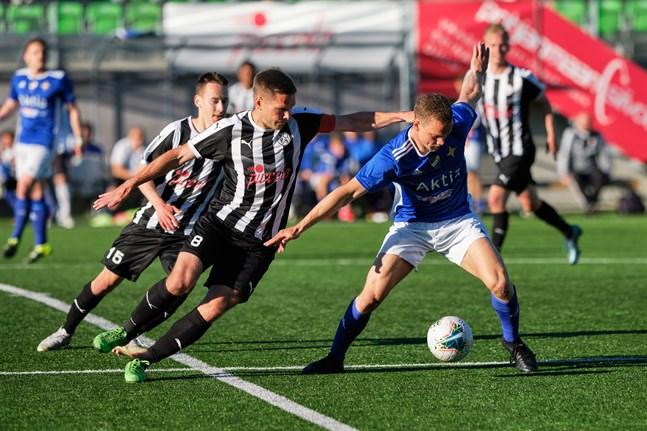 Återstår att se om Eetu Puro och Sebastian Strandvall, här i kamp med Vasa IFK:s Viktor Villför, får ett par nya lagkamrater i samband med att division 1-säsongen kör i gång.