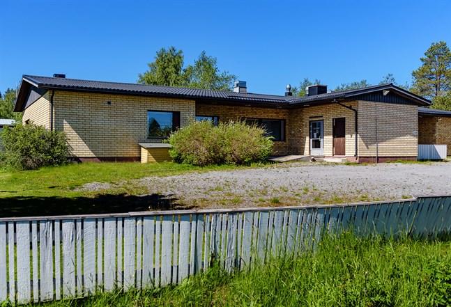 Tanken vara att Bosunds gamla hälsovårdscentral skulle bli fyra bostäder. Men det visade sig bli för dyrt.