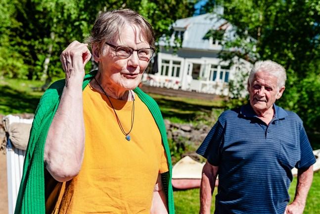 Gun-Lis Smeds (f. Hästö) och Lasse Holmbäck, hälsar på hos Benita och Bengt Björkström som numera äger sommarkolonin på Gåsön i Kronoby. Gun-Lis vistades två somrar på kolonin, 1948 och 1949, Lasse sommaren 1949.