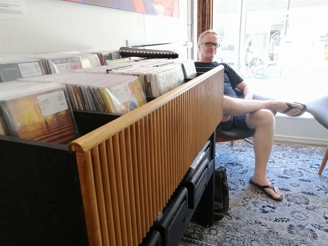 Kund ännu några veckor. Reijo Holm går i pension i början av juli. Då får han tid över att börja jobba i skivaffären 33 1/3 rpm.