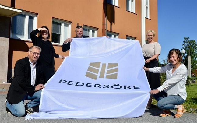 Greger Forsblom, Johanna Öst Häggblom, Stefan Svenfors, Johanna Holmäng och Ida-Maria Wikström visar upp Pedersöres nya logo utanför kommunhuset.