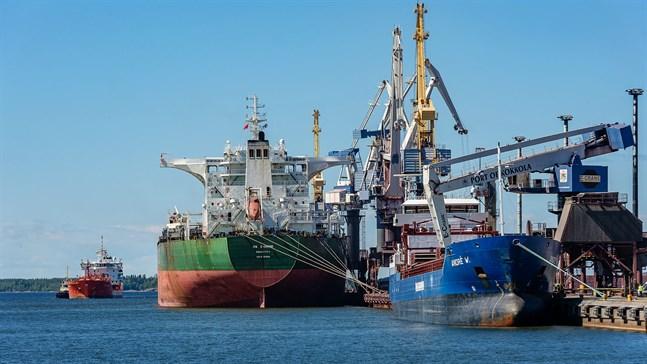 Ute i världen har coronarestriktionerna hindrat sjömän från att ta sig hem. Bilden är från Karleby hamn.