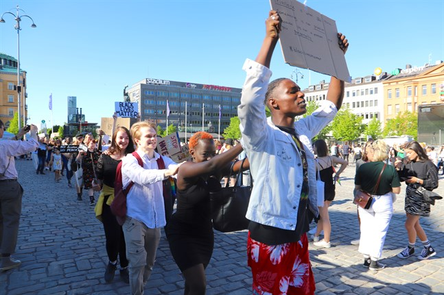 Tyvärr pyr tendenser till hat också nära oss, skriver Ida-Maria Rak, Annika Blomqvist och Anna Övergaard. Bilden togs på torsdagens Black Lives Matter-manifestation på Vasa torg.