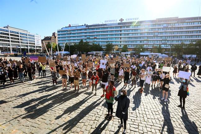 Polisvåld, statyer av kontroversiella historiska figurer och marknadsföring genom etniska stereotyper är bara toppen av isberget i ett komplext nät av maktutövning mellan intersektionella grupperingar, skriver Markus Finell. Bild från Black Lives Matter-demonstrationen i Vasa den 11 juni.