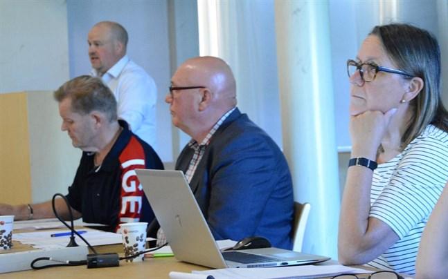 Thomas Grönlund (till vänster) har inte bara arbetat som kanslist, utan även ibland fungerat som sekreterare och översättare vid olika möten. Här vid ett fullmäktigemöten med Johan Bärnlund, Kari Häggblom och Margit Kaseva.