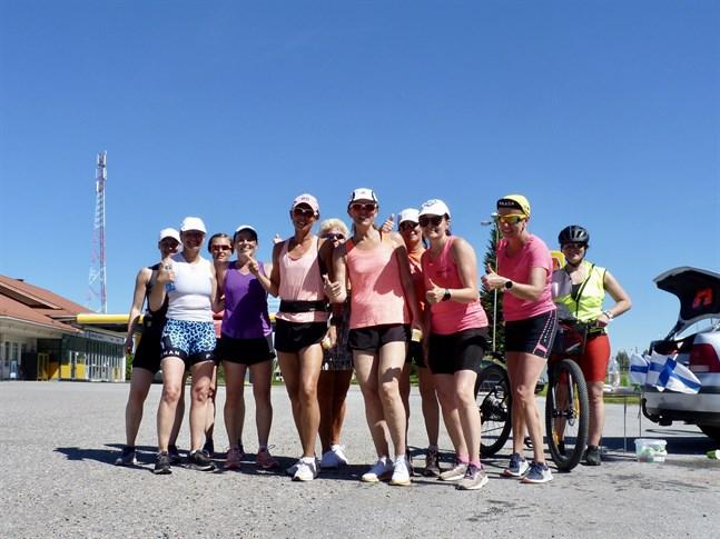 Maratonlöparna ställer upp på bild i Oravais innan de fortsätter mot Komossa.