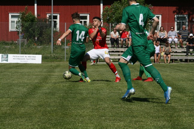 Sporting förstörde sin premiärmatch redan i början då ett aktivt KPV Akatemia gjorde tre mål. Här är det Sportings Wael Mohsen som går in i en närkamp.