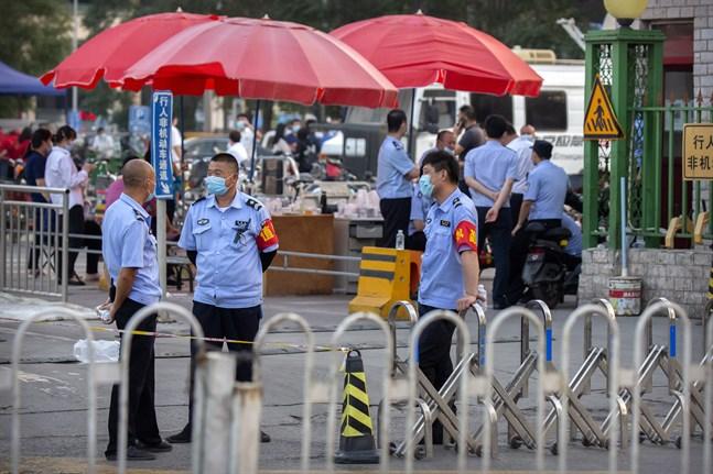 Polis vid ingången till köttmarknaden i Peking.