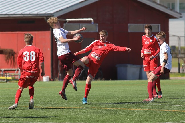 Det var Isak Löv (i mitten) som gjorde enda målet i Uleåborg. Bilden är från matchen mellan Jaro B och JJK.