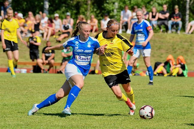 Iris Lukkarila och Tilde Hellund i duell kvinna mot kvinna i seriepremiären mellan Myran och RoPS på söndagen.