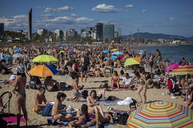 I Barcelona är stränderna redan fullpackade, men turistindustrin skriker efter gäster. Bild från i lördags.
