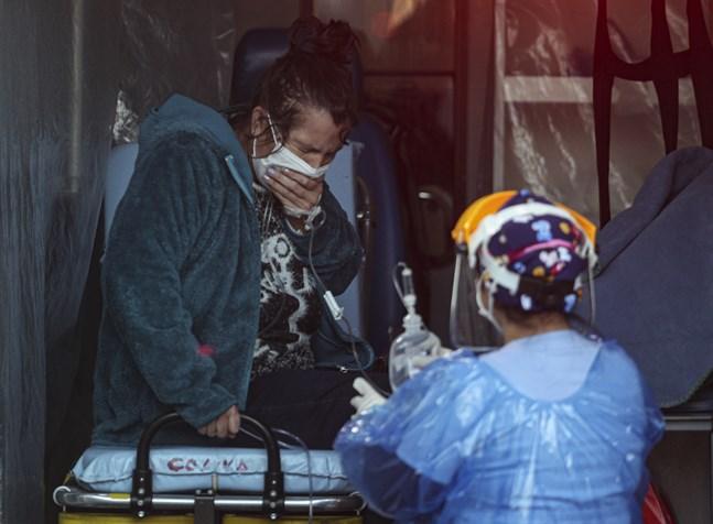 En patient med andningsproblem får hjälp av en vårdarbetare på ett sjukhus i Chiles huvudstad Santiago. Bilden är tagen i fredags.