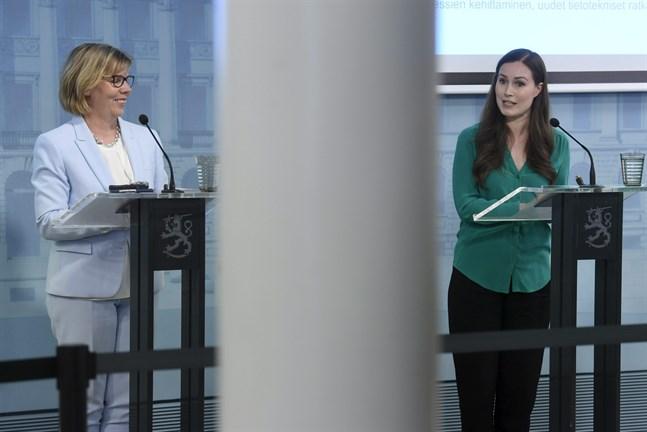 Statsminister Sanna Marin (SDP) och justitieminister Anna-Maja Henriksson (SFP) informerade om regeringens beslut gällande beredskapslagen på måndagen.