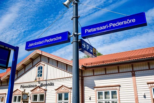 15.6.2020 byter Bennäs tågstation namn till Jakobstad-Pedersöre.