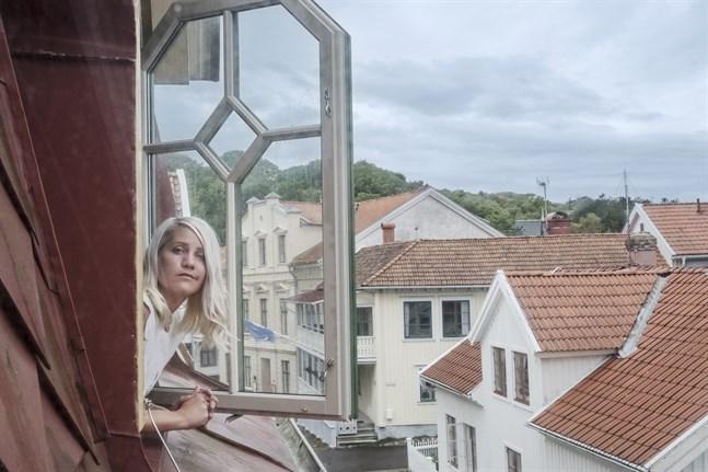 """I """"Flashback forever"""" går Emma Knyckare igenom gamla diskussionstrådar på forumet Flashback, vid sin sida har hon Ina Lundström och deras vän """"Scroll-Mia"""". Arkivbild."""