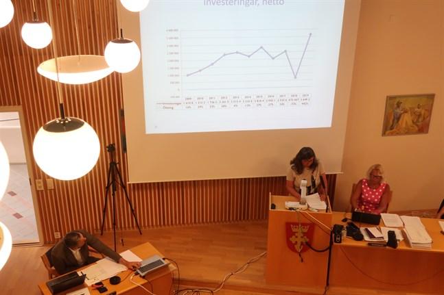 Tf ekonomi- och personalchef Sissi Brännbacka presenterade kommunens bokslut. Investeringstakten är för hög, konstaterade hon.