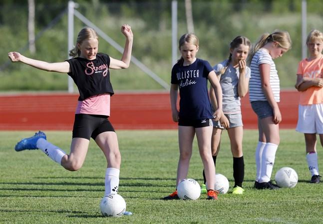 Alva Blomberg tränar på långbollar. Hon var en av de som tog initiativ till att Korsnäs FF skulle ha ett flicklag.