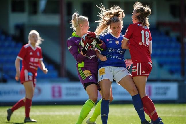 Camilla Backlunds (i blått) Vasa IFK åkte på en överraskande förlust mot jumbolaget Myran.