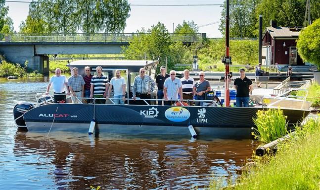 Skärgårdsrådets medlemmar visar upp den nya katamaranen vid Strandis i Larsmo.