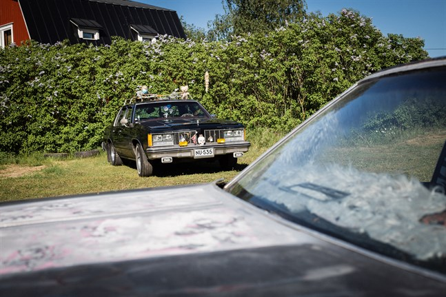 William Smeds Oldsmobile Delta 88 årsmodell 1981, i bakgrunden pappa Jannes äldre Oldsmobile.
