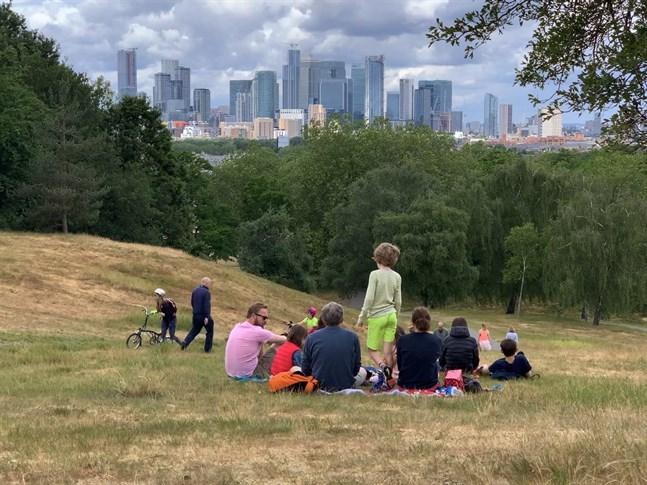 När reglerna lättar börjar Londonborna tävla om de bästa picknickplatserna. Man får samlas i större grupper, men tvåmetersregeln gäller fortfarande.