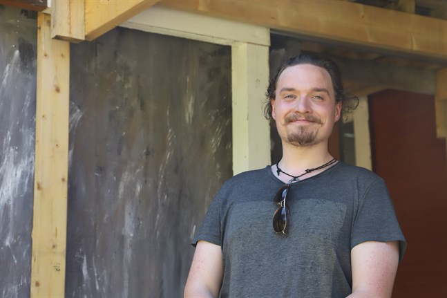 """I """"Teaterpodden"""" för Tobias Klemets samtal med olika gäster som är involverade i österbottniska sommarteatrar."""