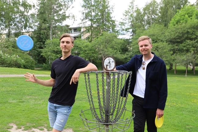 Kollegorna Mauritz Alaviitala och Matias Rosström brukar spela en runda frisbeegolf efter jobbet.