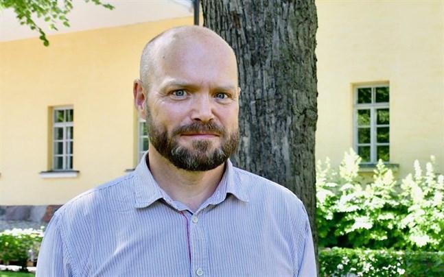 Peter Stadius, professor i Nordenstudier, säger att Finland tagit samma beslut som de övriga länderna så det är inte så konstigt.