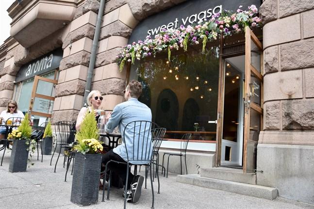 Kafébesökarna Marja Vuori och Samuli Turunen tror att det kan bli färre turister i Vasa i sommar.
