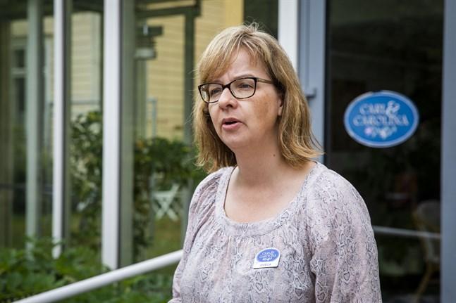 Viveca Salminen, föreståndare på Carl & Carolina, är rädd att få in smittan på boendet om fler människor rör sig där.