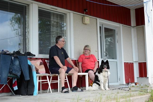 För Henry Bergström och Linda Westberg slutade matlagningen i katastrof när en kastrull med smältande smör fattade eld och förstörde radhuslägenheten. Redan samma kväll fördes de till Röda Korsets nödbostad i Finby tillsammans med hunden Kira.