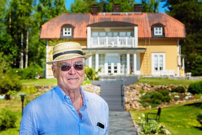 Normalt kommer bergsrådet Matti Sundberg bara till Karleby vissa helger och högtider. Men under coronavåren har han bott två månader i familjens hus i Rödsö, och hunnit fundera en hel del på Finlands coronastrategi.