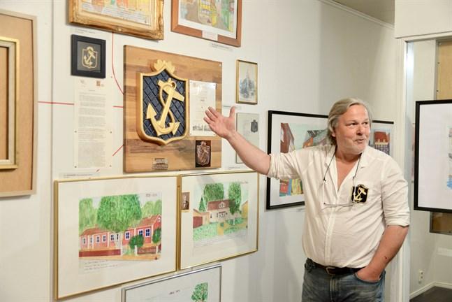 Göran Olsons konstutställning präglas av intresset för släkten Olson.