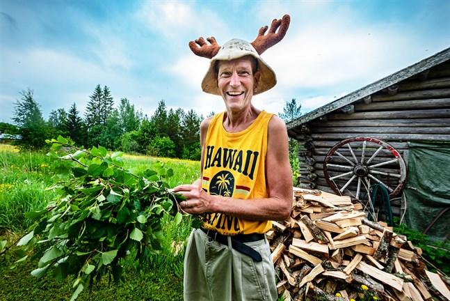 Bastun är en central del i Tero Hannilas liv. Han har huggit upp bastuveden för hand och passar på att göra en björkkvast för bastudag 4356.