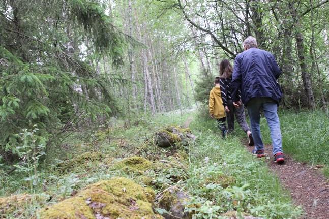 Längs med naturstigen Tegelbruksbacken-Norrfjärden i Kristinestad visar gamla stenrösen att området som varit i användning av människor redan länge.