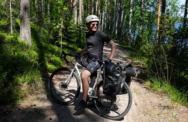"""Tour de Molpe. Så kallar Axel Åhman sin idé att cykla från Hellnäs i norr till Molpe i söder och samtidigt leverera exemplar av hans debutbok """"Klein""""."""