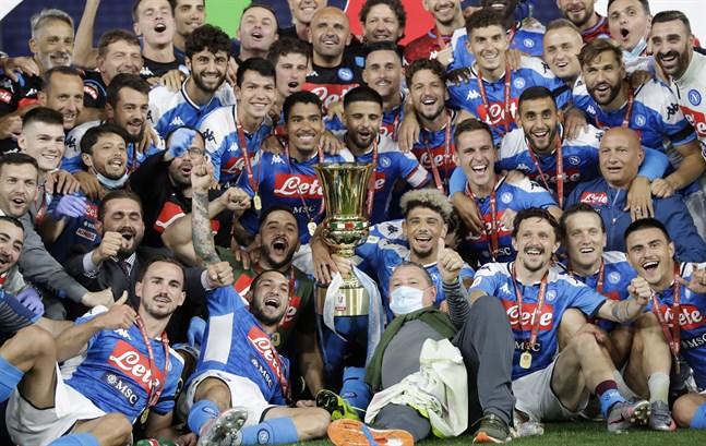Napoli firar efter att ha besegrat Juventus i cupfinalen.