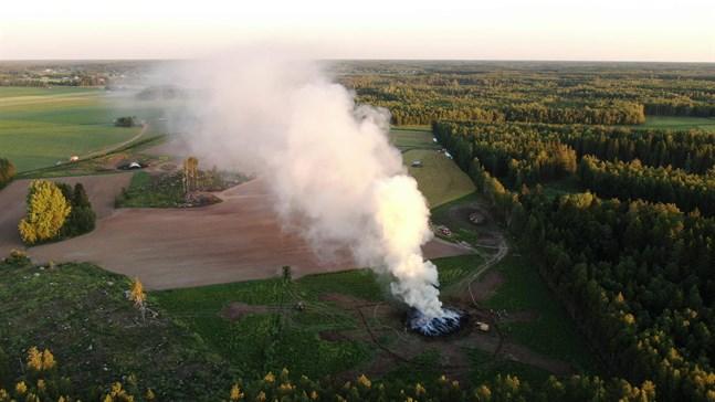 Rökmoln sprider sig över platsen.