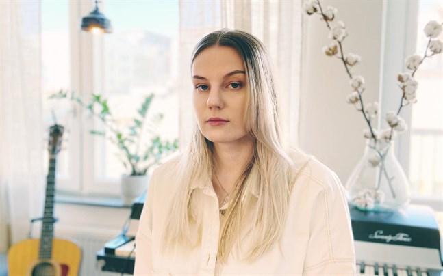 Josefin Sirén från Vörå ska ge ut en skiva med dialektmusik. – Men det blir inte tio låtar om österbottniska fält, så mycket kan jag säga.